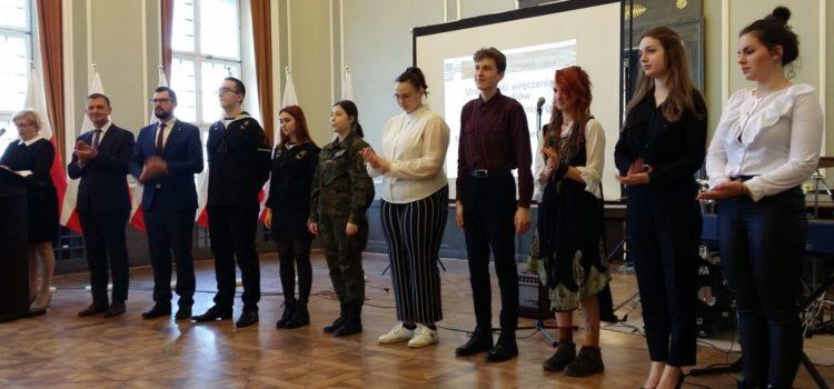 Julia Wach, uczennica klasy VI x OSM II st., otrzymała Stypendium Prezesa Rady Ministrów w roku szkolnym 2019/2020. Uroczystość wręczenia dyplomów odbyła się 7 lutego w sali konferencyjnej Delegatury Urzędu Wojewódzkiego w Koszalinie
